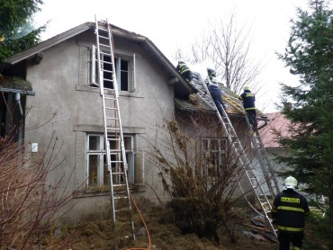 Požár neobydleného domu ve Svratce