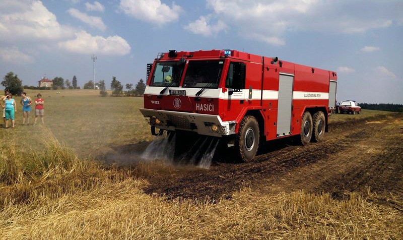 Požár slámy a strniště ve Svratouchu